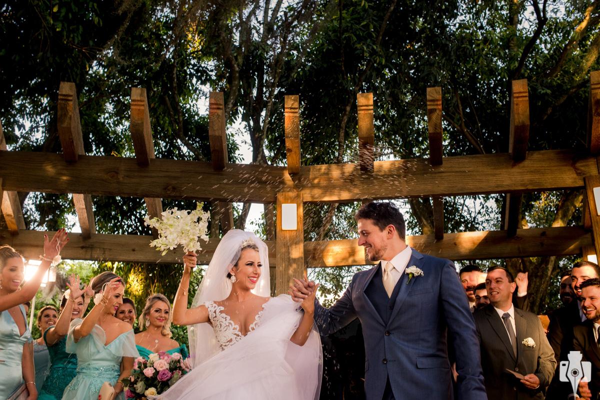 cerimônia de casamento em baixo de uma figueira