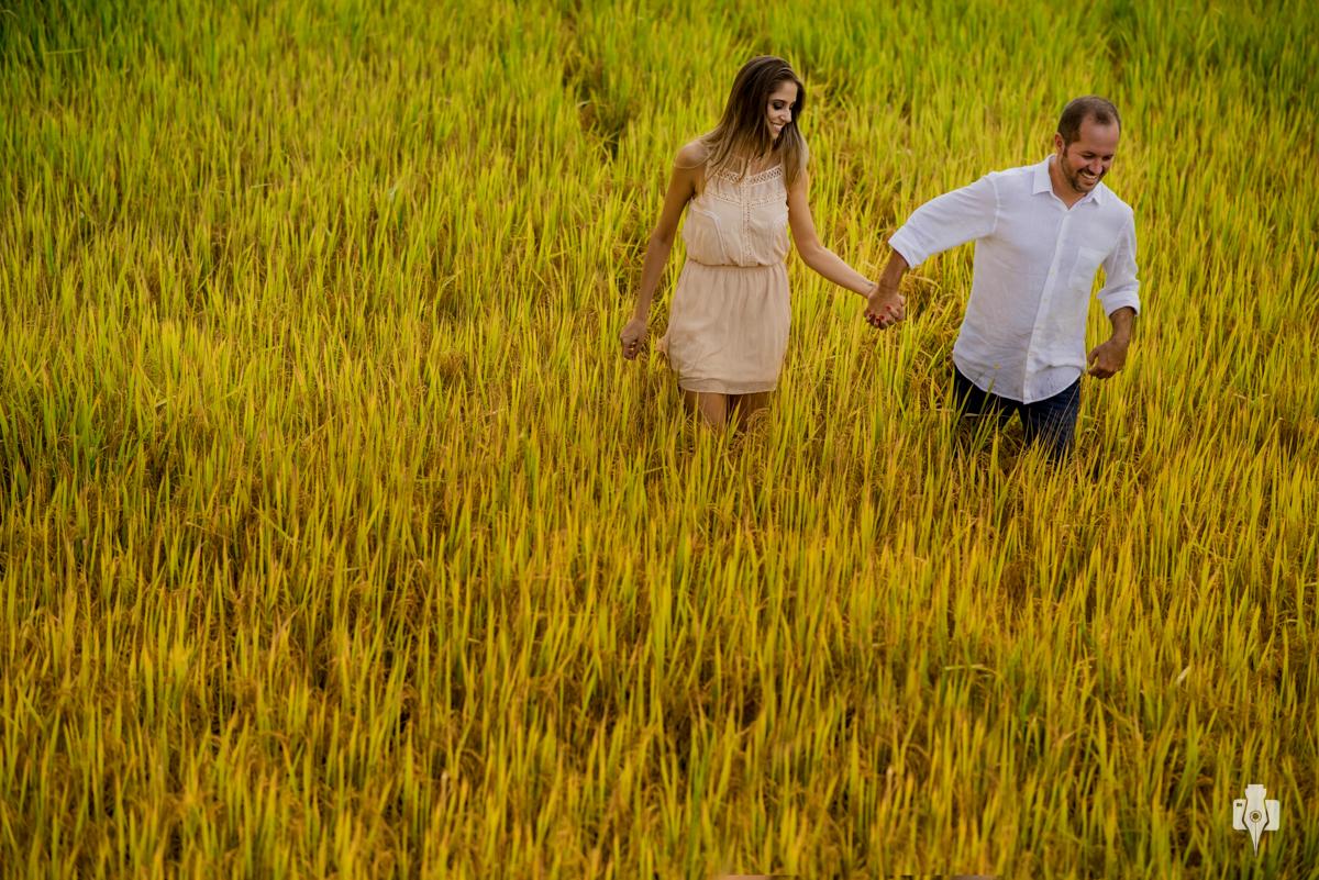 ensaio pre casamento de casal de mireli e humberto em casarão antigo e lavoura de arroz