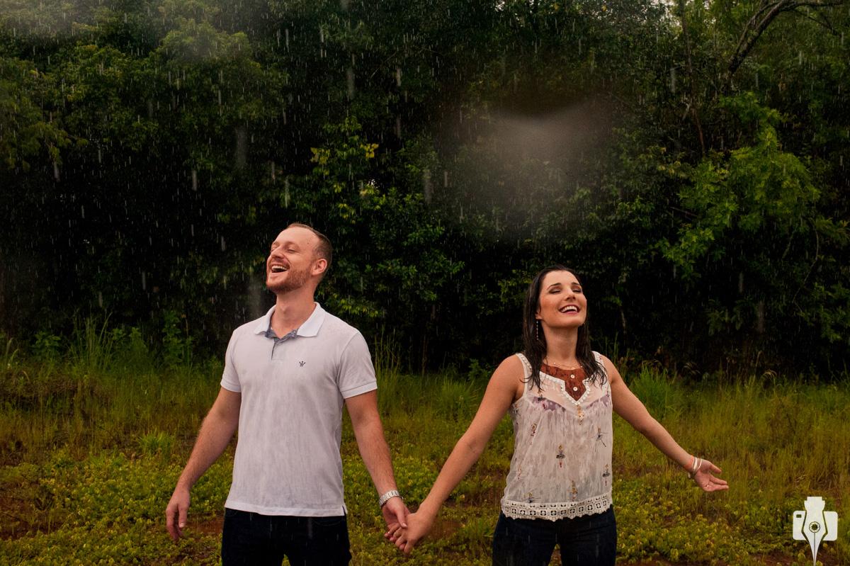 casal adorou tomar banho de chuva