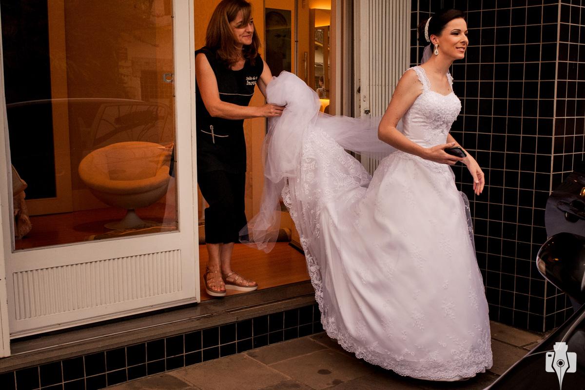 noiva saindo para o casamento