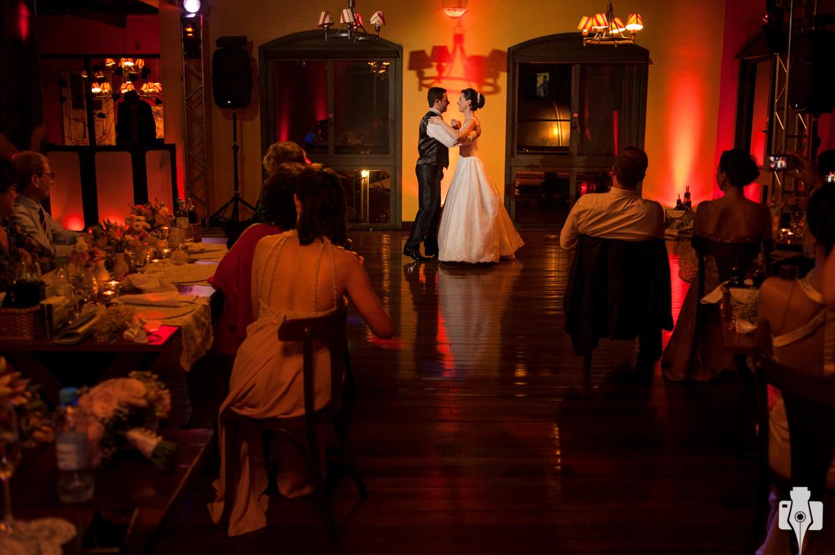noivos dançam a valsa tradicional