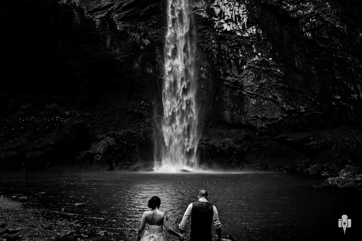 trash the dress com moto e na cascata do chuvisqueiro de laila e guto no interior de riozinho rs
