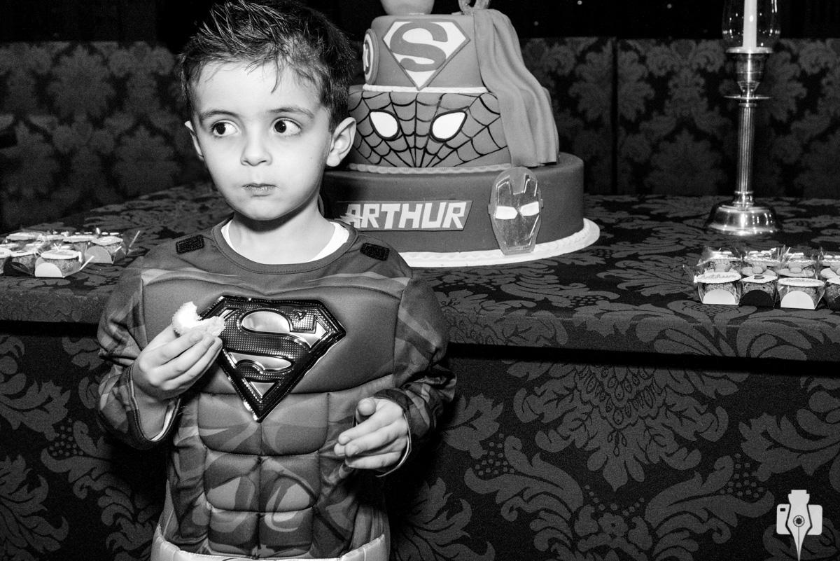 aniversario com fantasia de heroi