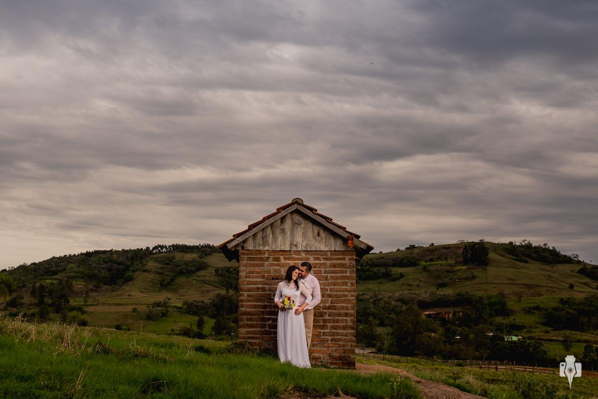 os noivos posam para seu ensaio trash the dress em frente a um casebre abandonado em Rolante - RS fotografado por Nei Bernardes