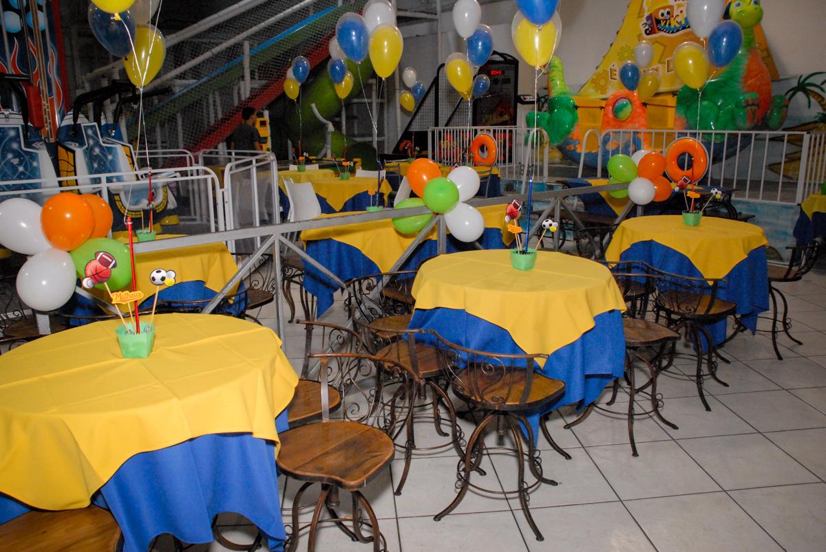 mesas decoradas com bexigas no Buffet Fábrica da Alegria, Osasco, Sao Paulo, tema da festa esportes americanos, aniversariante Matheus 8 anos