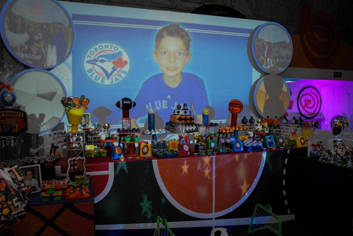 mesa do bolo no Buffet Fábrica da Alegria, Osasco, Sao Paulo, tema da festa esportes americanos, aniversariante Matheus 8 anos