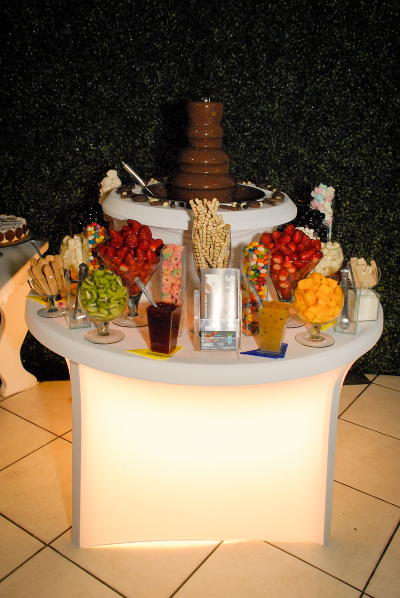 mesa de frutas no Buffet Fábrica da Alegria, Osasco, Sao Paulo, tema da festa esportes americanos, aniversariante Matheus 8 anos