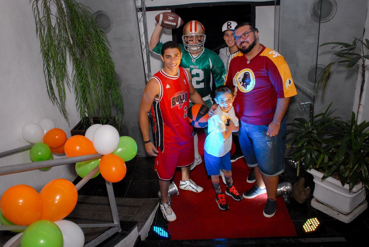 entrada da família no Buffet Fábrica da Alegria, Osasco, Sao Paulo, tema da festa esportes americanos, aniversariante Matheus 8 anos