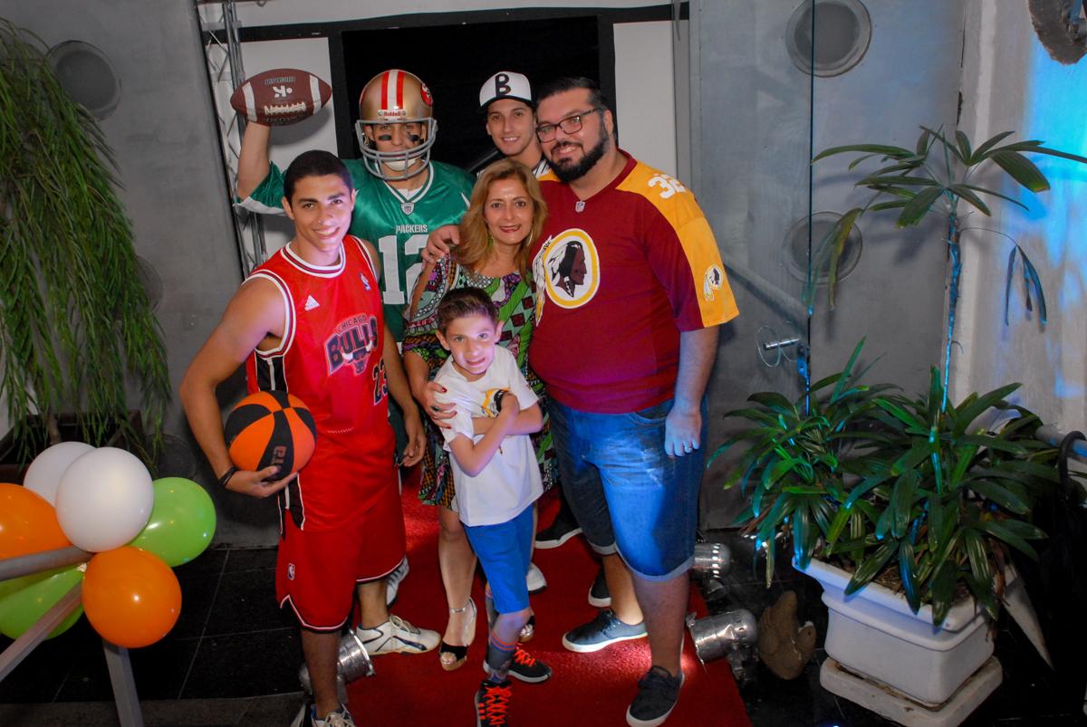 foto da família na entrada no Buffet Fábrica da Alegria, Osasco, Sao Paulo, tema da festa esportes americanos, aniversariante Matheus 8 anos