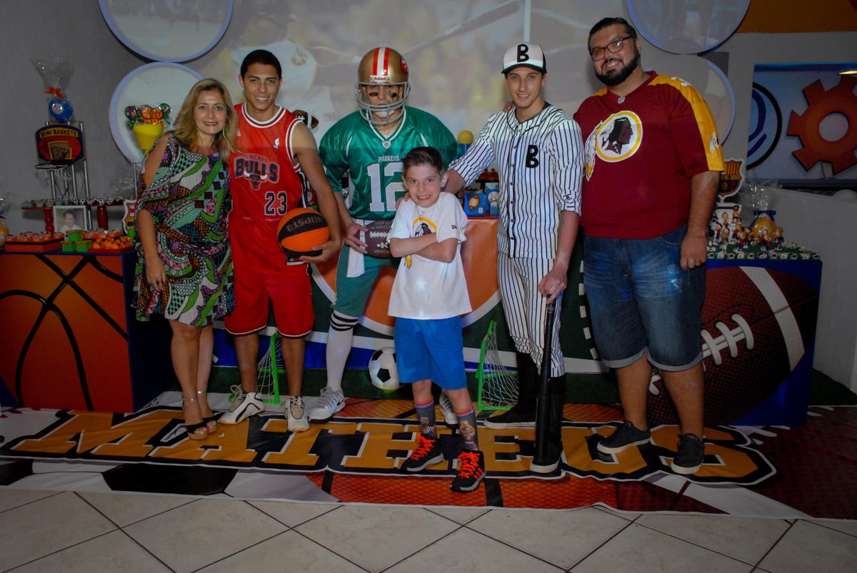 fotografia da família com os personagens do tema da festa no Buffet Fábrica da Alegria, Osasco, Sao Paulo, tema da festa esportes americanos, aniversariante Matheus 8 anos