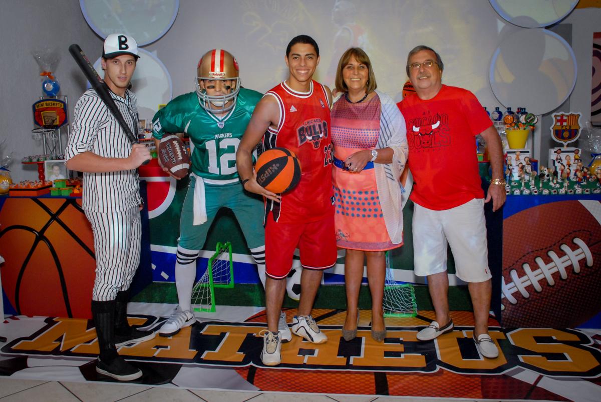 Posando para a foto no Buffet Fábrica da Alegria, Osasco, Sao Paulo, tema da festa esportes americanos, aniversariante Matheus 8 anos