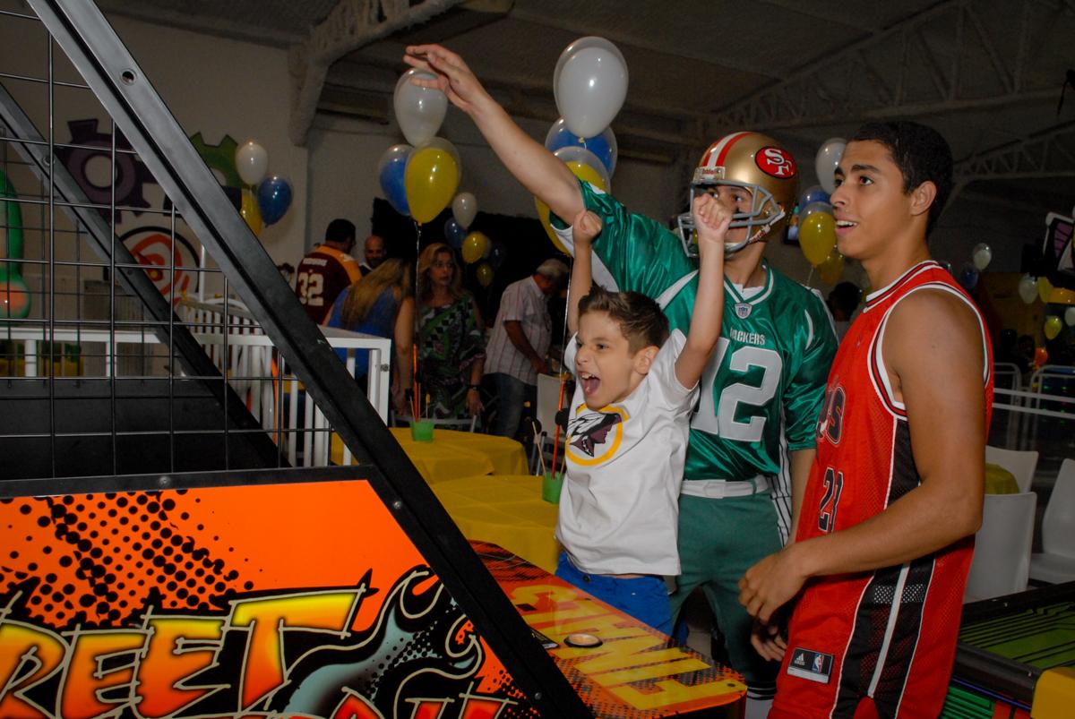 jogando basquete bool no Buffet Fábrica da Alegria, Osasco, Sao Paulo, tema da festa esportes americanos, aniversariante Matheus 8 anos