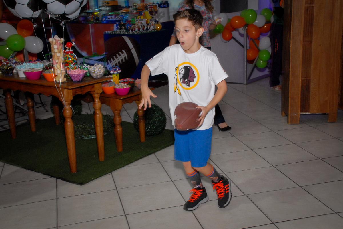 muita bagunça jogando os esportes americanos no Buffet Fábrica da Alegria, Osasco, Sao Paulo, tema da festa esportes americanos, aniversariante Matheus 8 anos