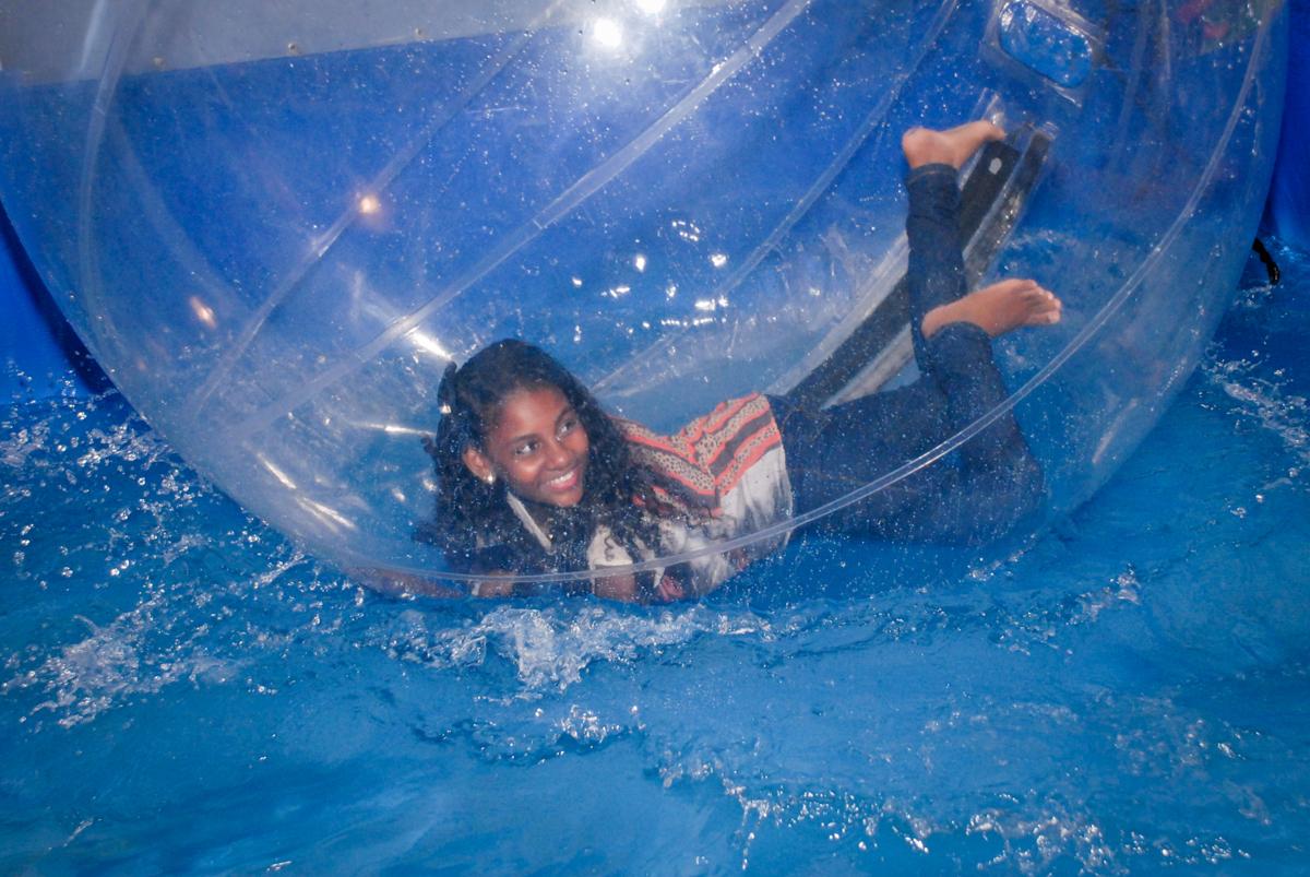 mais brincadeiras no aquabol no Buffet Fábrica da Alegria, Osasco, Sao Paulo, tema da festa esportes americanos, aniversariante Matheus 8 anos