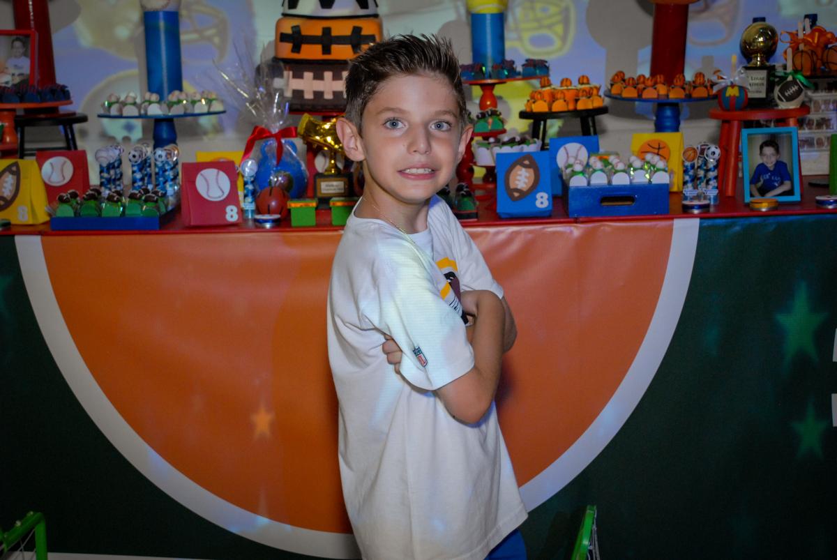 pose para foto do aniversariante em frente a mesa decorada no Buffet Fábrica da Alegria, Osasco, Sao Paulo, tema da festa esportes americanos, aniversariante Matheus 8 anos