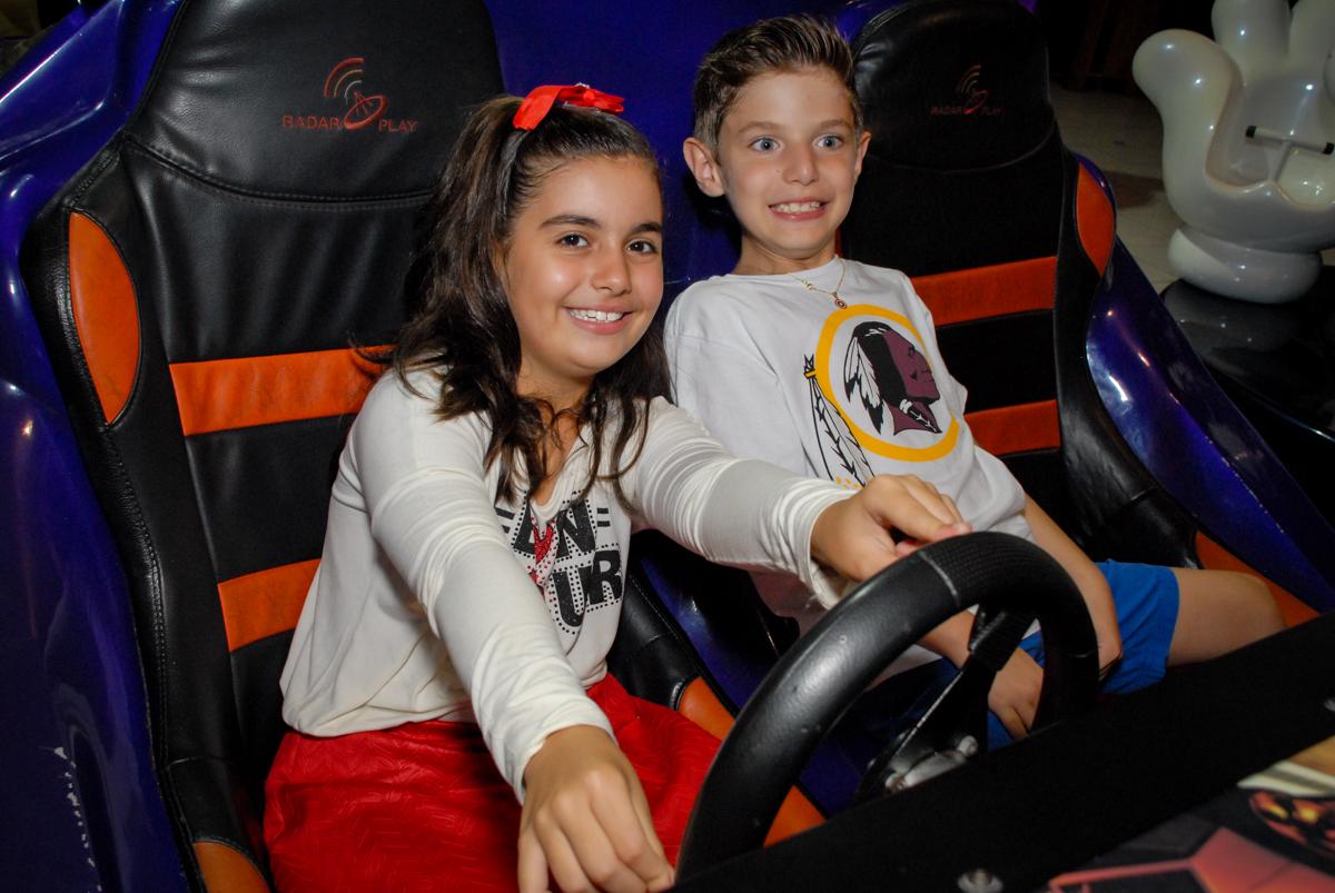 dirigindo no carrinho do Buffet Fábrica da Alegria, Osasco, Sao Paulo, tema da festa esportes americanos, aniversariante Matheus 8 anos
