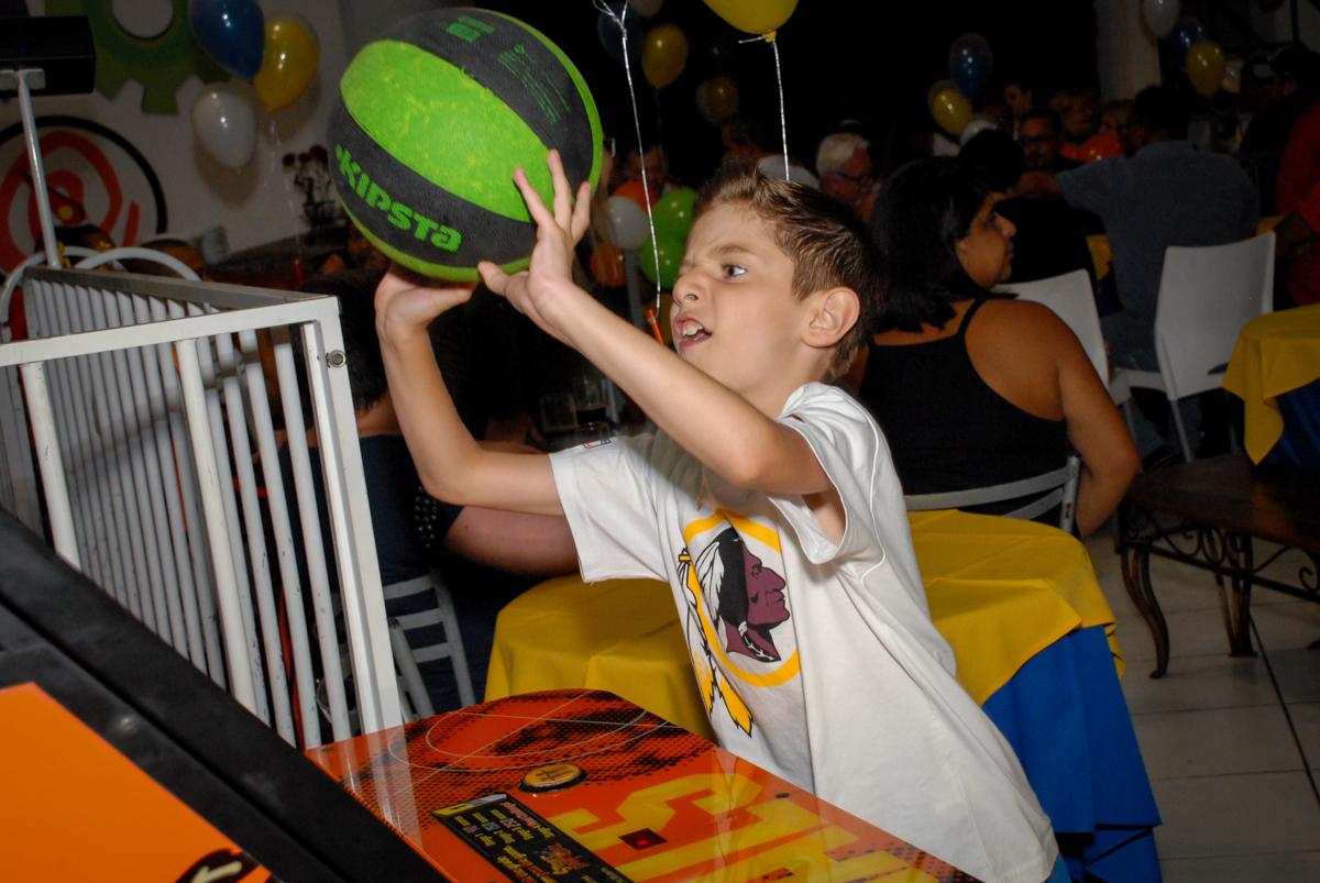 acertando a bola na cesta no Buffet Fábrica da Alegria, Osasco, Sao Paulo, tema da festa esportes americanos, aniversariante Matheus 8 anos