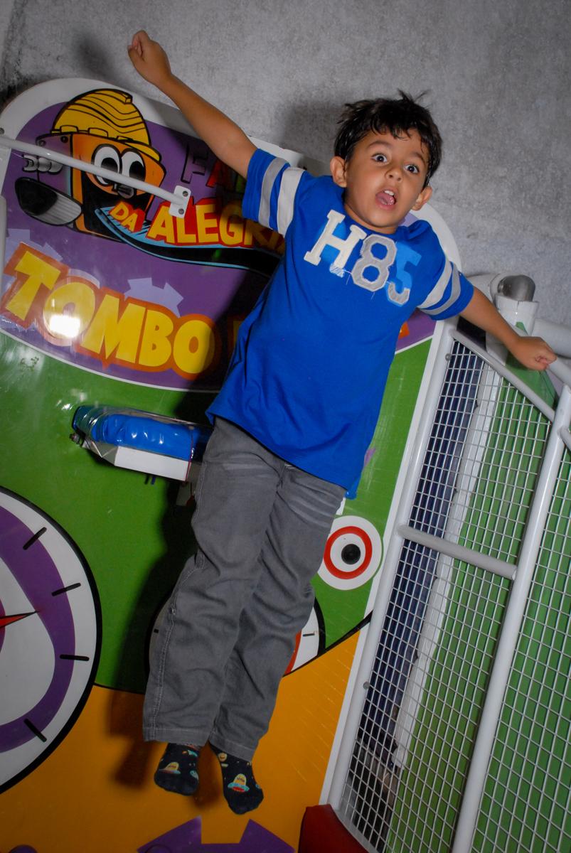 A brincadeira é no tombo legal no Buffet Fábrica da Alegria, Osasco, Sao Paulo, tema da festa esportes americanos, aniversariante Matheus 8 anos