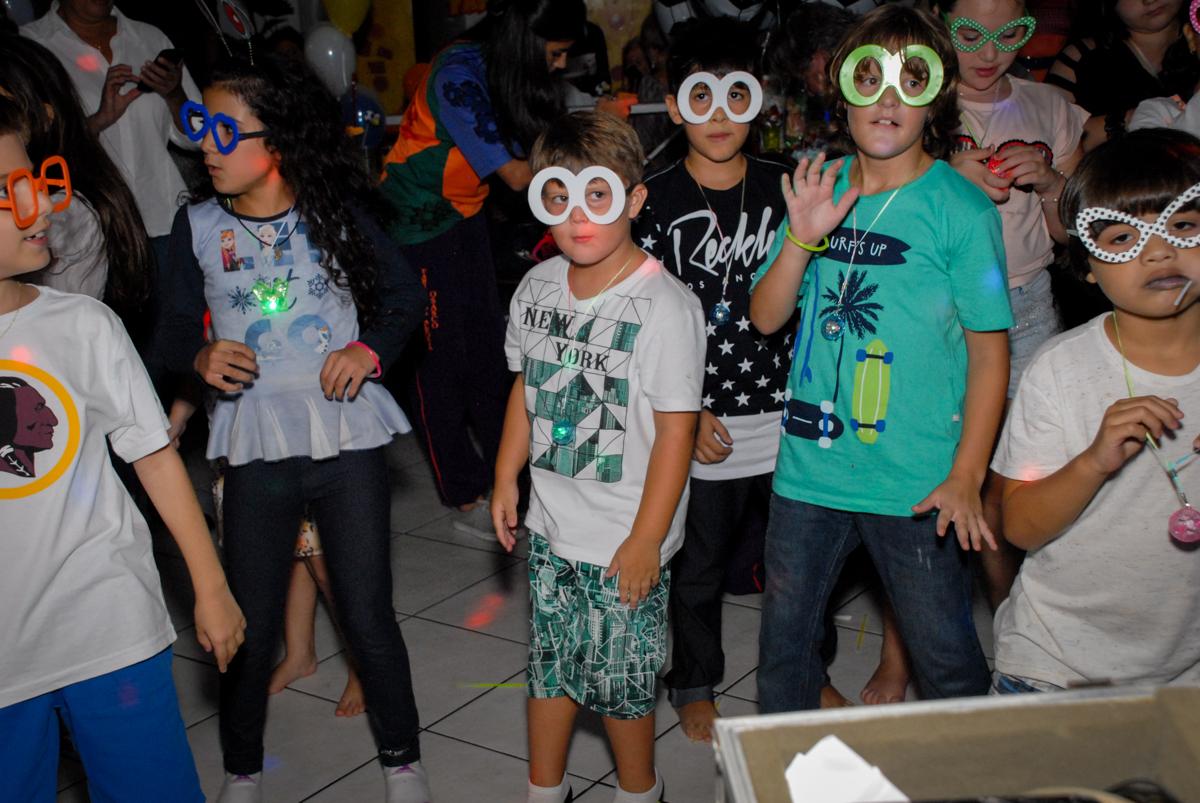 hora da balada no Buffet Fábrica da Alegria, Osasco, Sao Paulo, tema da festa esportes americanos, aniversariante Matheus 8 anos