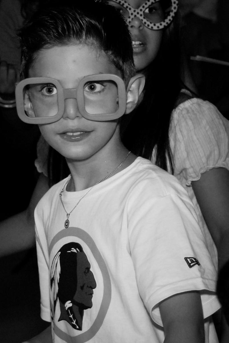 todos usam acessórios de balada no Buffet Fábrica da Alegria, Osasco, Sao Paulo, tema da festa esportes americanos, aniversariante Matheus 8 anos
