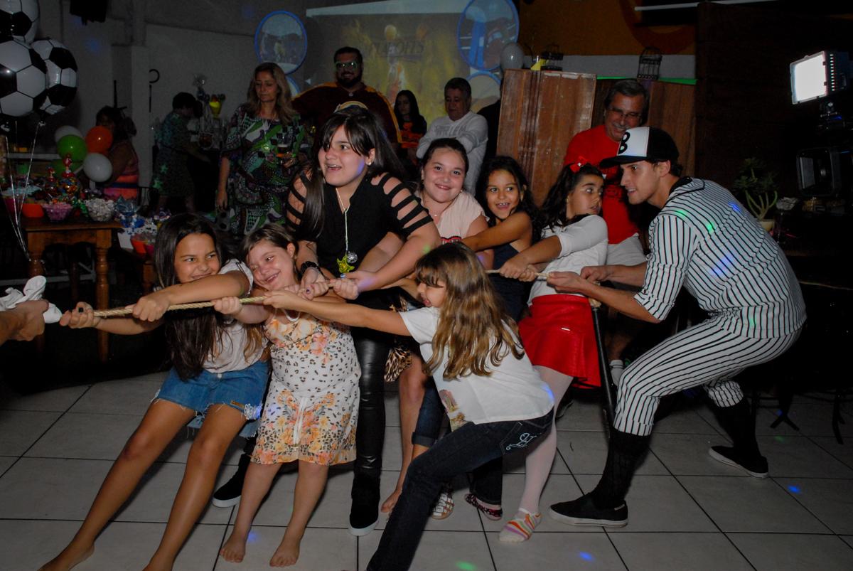 brincando de cabo de gerra no Buffet Fábrica da Alegria, Osasco, Sao Paulo, tema da festa esportes americanos, aniversariante Matheus 8 anos