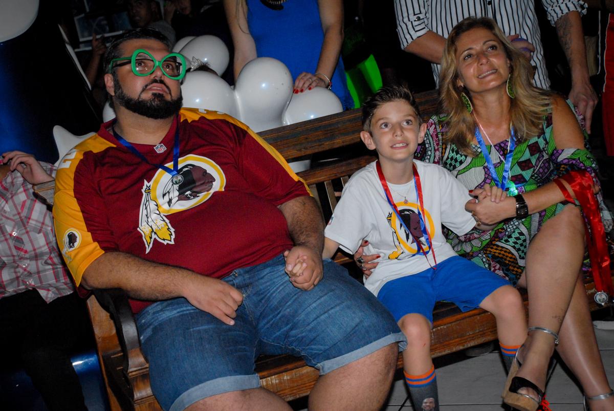 hora de assistir a retrospectiva no Buffet Fábrica da Alegria, Osasco, Sao Paulo, tema da festa esportes americanos, aniversariante Matheus 8 anos
