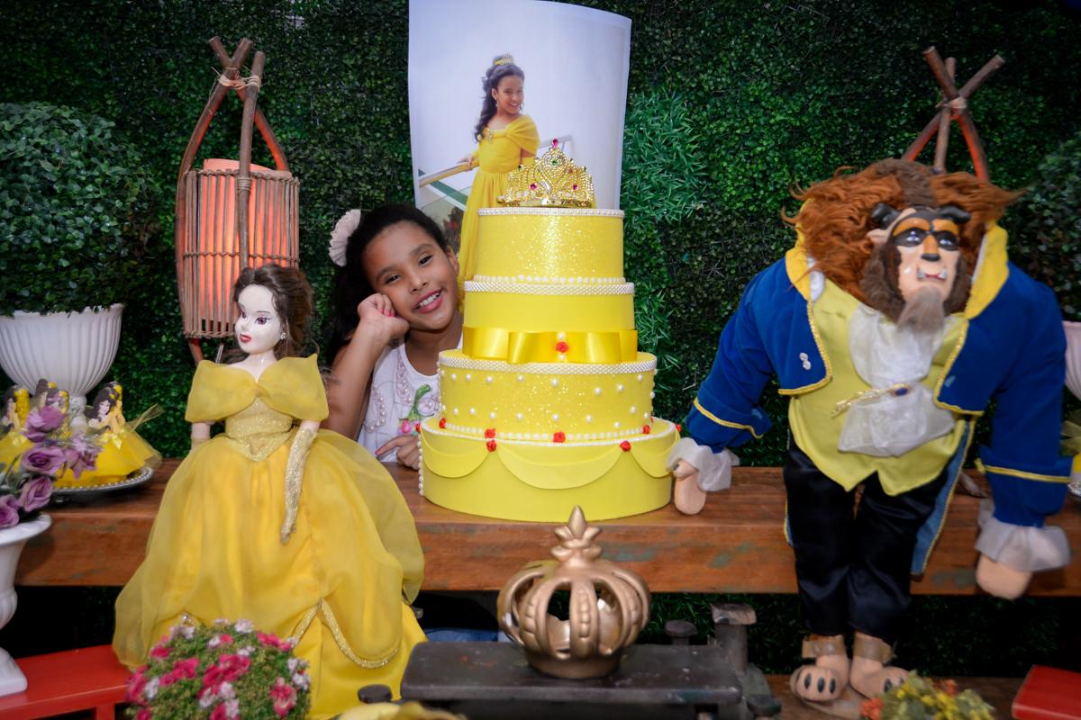 fotografia ao lado do bolo decorado no Buffet Fábrica da Alegria, Morumbi,SP, festa infantil aniversário de Beatriz 9 anos, tema da festa A Bela e a Fera