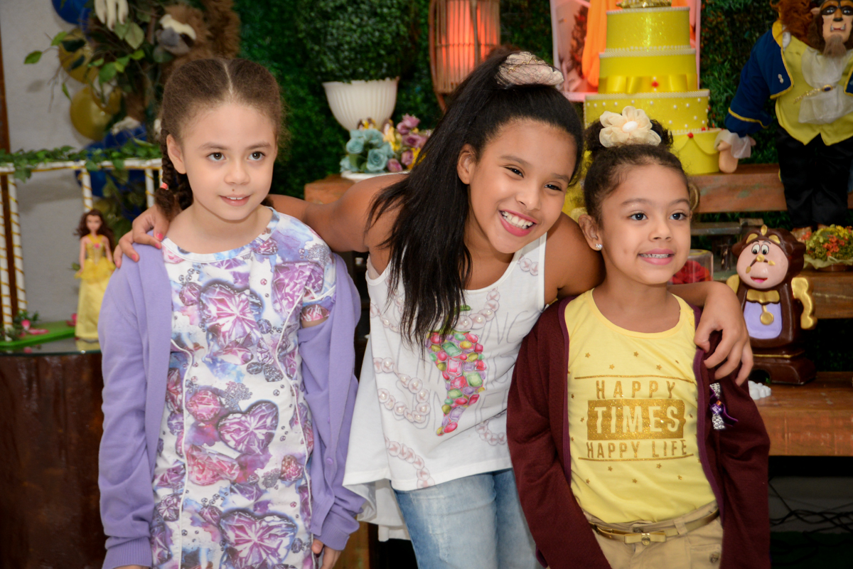 recebendo os amigos para sua festa no Buffet Fábrica da Alegria, Morumbi,SP, festa infantil aniversário de Beatriz 9 anos, tema da festa A Bela e a Fera