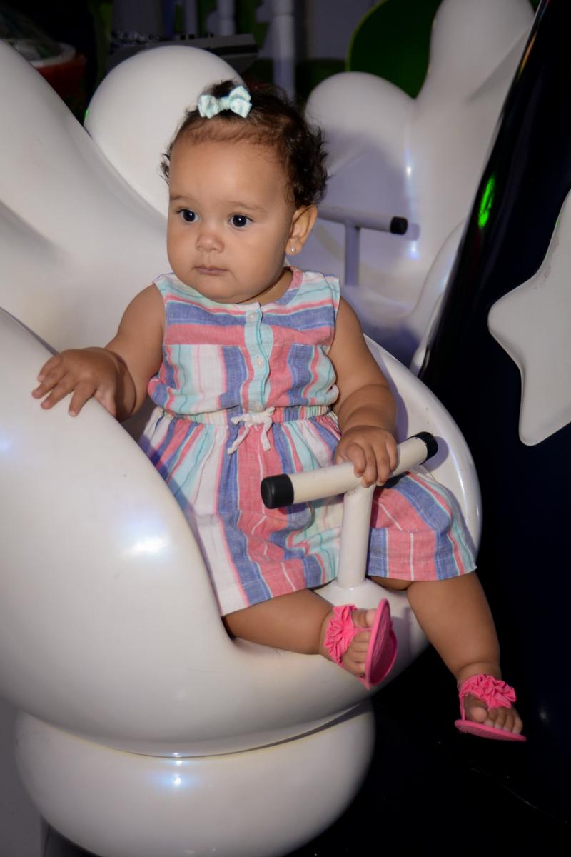 a bebê se diverte no carrossel no Buffet Fábrica da Alegria, Morumbi,SP, festa infantil aniversário de Beatriz 9 anos, tema da festa A Bela e a Fera