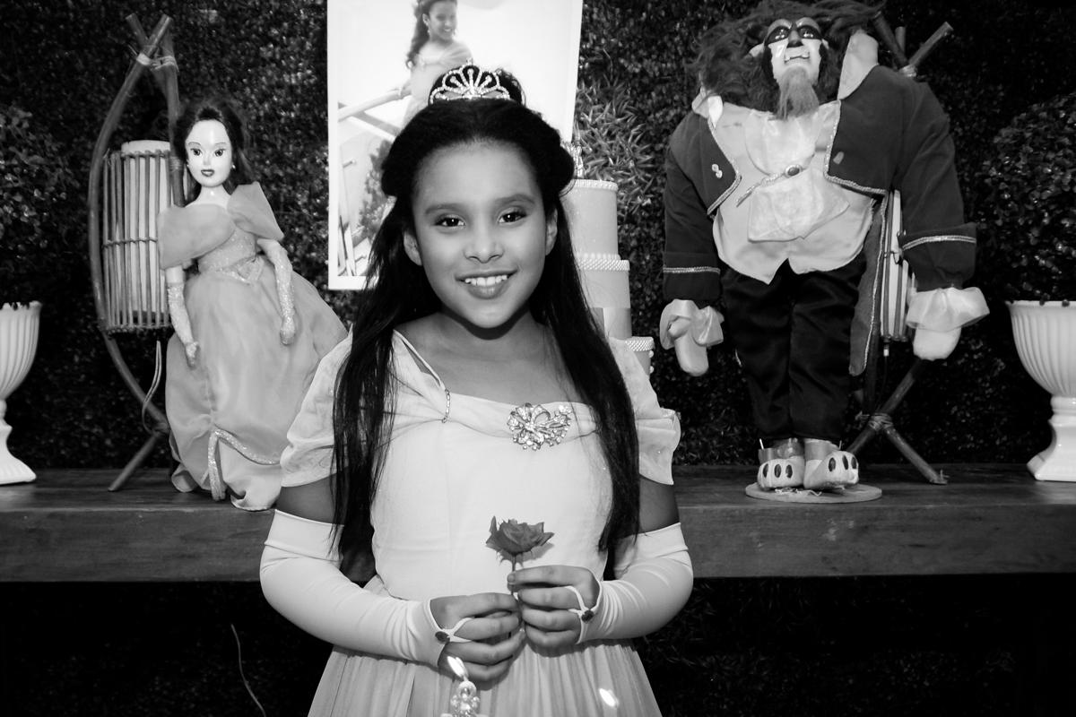 saindo da máquina do parabéns no Buffet Fábrica da Alegria, Morumbi,SP, festa infantil aniversário de Beatriz 9 anos, tema da festa A Bela e a Fera