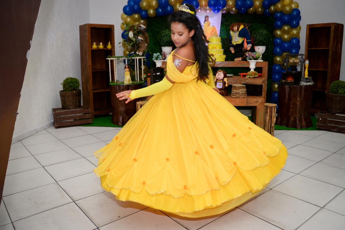 A aniversariante vestida de bela esbanja simpatia no Buffet Fábrica da Alegria, Morumbi,SP, festa infantil aniversário de Beatriz 9 anos, tema da festa A Bela e a Fera