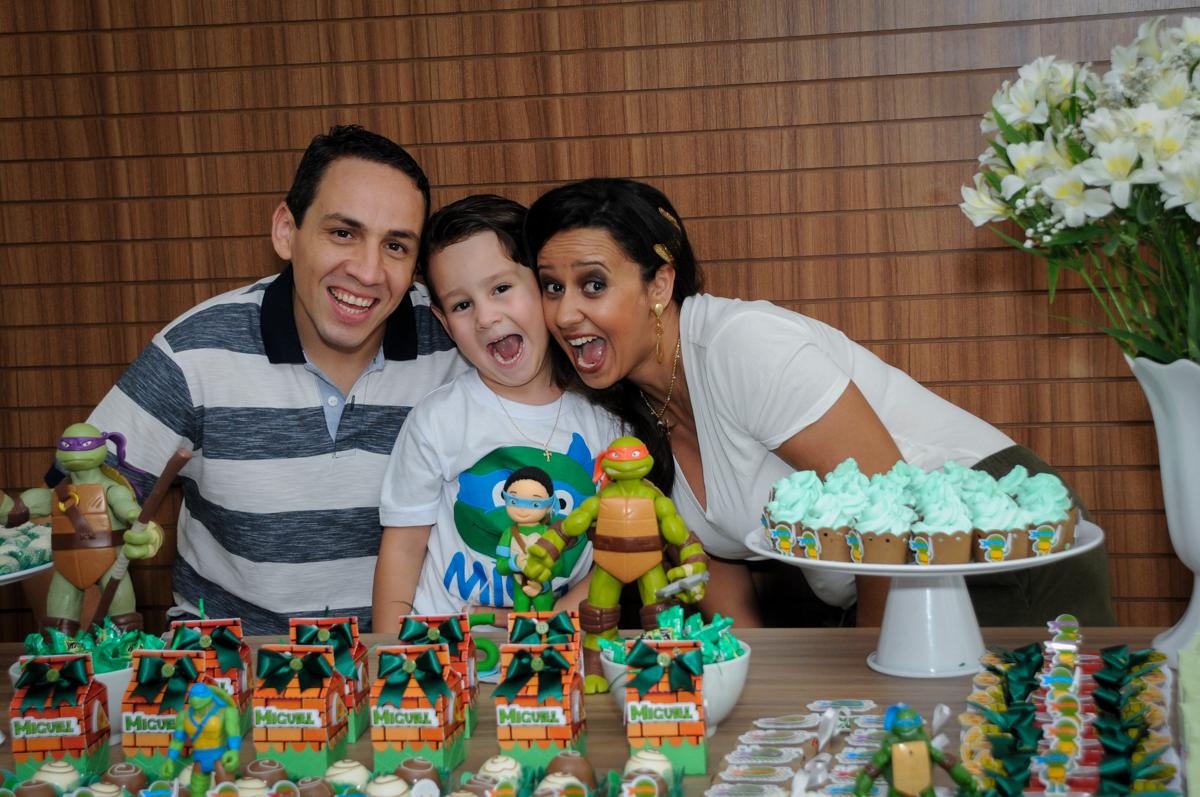 foto da família no Condomínio Vila Leopoldina, festa infantil, tema Tartaruga Ninja, Miguel 5 anos