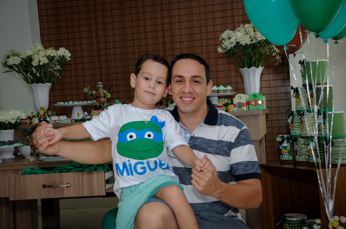 foto do aniversariante com o papai no Condomínio Vila Leopoldina, festa infantil, tema Tartaruga Ninja, Miguel 5 anos