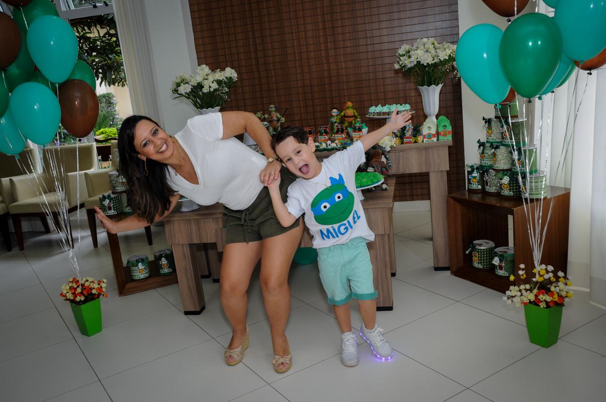 agora a foto é com a mamãe no Condomínio Vila Leopoldina, festa infantil, tema Tartaruga Ninja, Miguel 5 anos