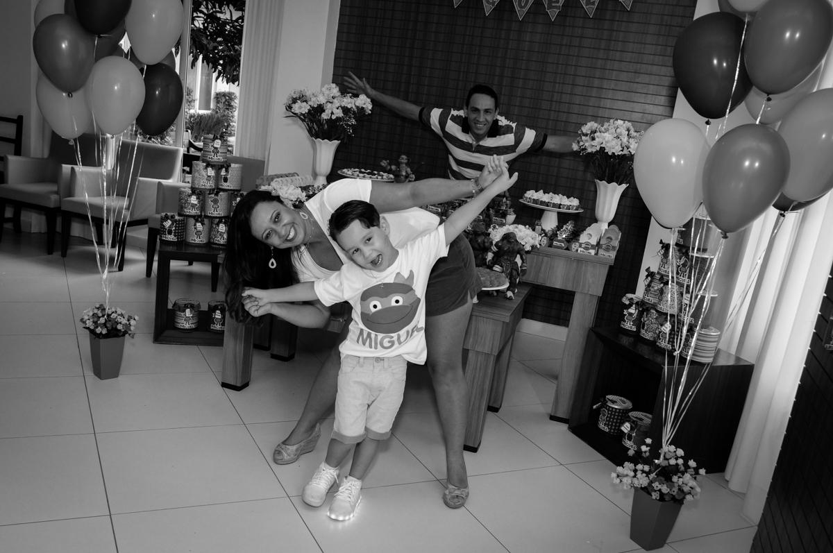 o aniversriante feliz com sua mãe no Condomínio Vila Leopoldina, festa infantil, tema Tartaruga Ninja, Miguel 5 anos