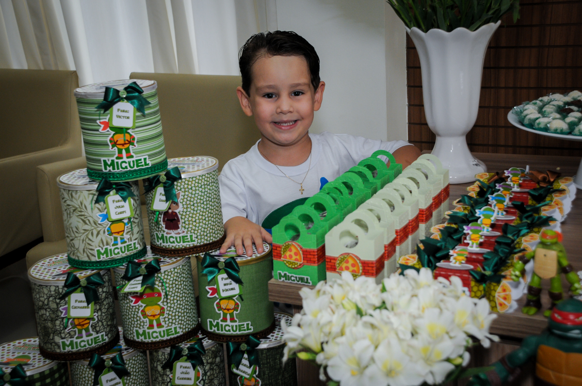 O aniversariante faz foto com as lembrançinhas da festa no Condomínio Vila Leopoldina, festa infantil, tema Tartaruga Ninja, Miguel 5 anos