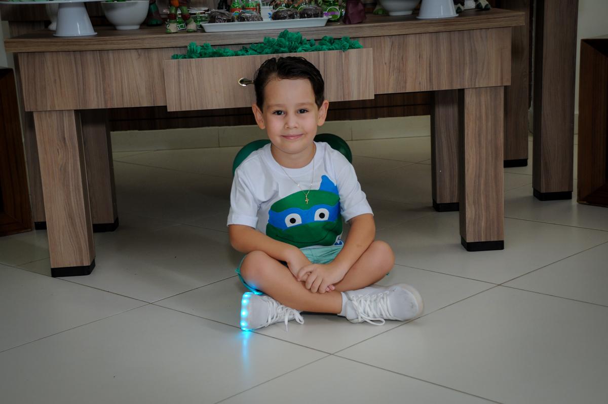 Pose para foto em frente a mesa decorada no Condomínio Vila Leopoldina, festa infantil, tema Tartaruga Ninja, Miguel 5 anos