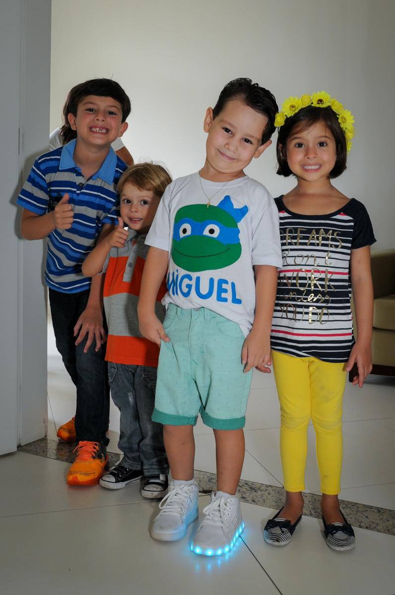 chegando os primeiros convidados no Condomínio Vila Leopoldina, festa infantil, tema Tartaruga Ninja, Miguel 5 anos