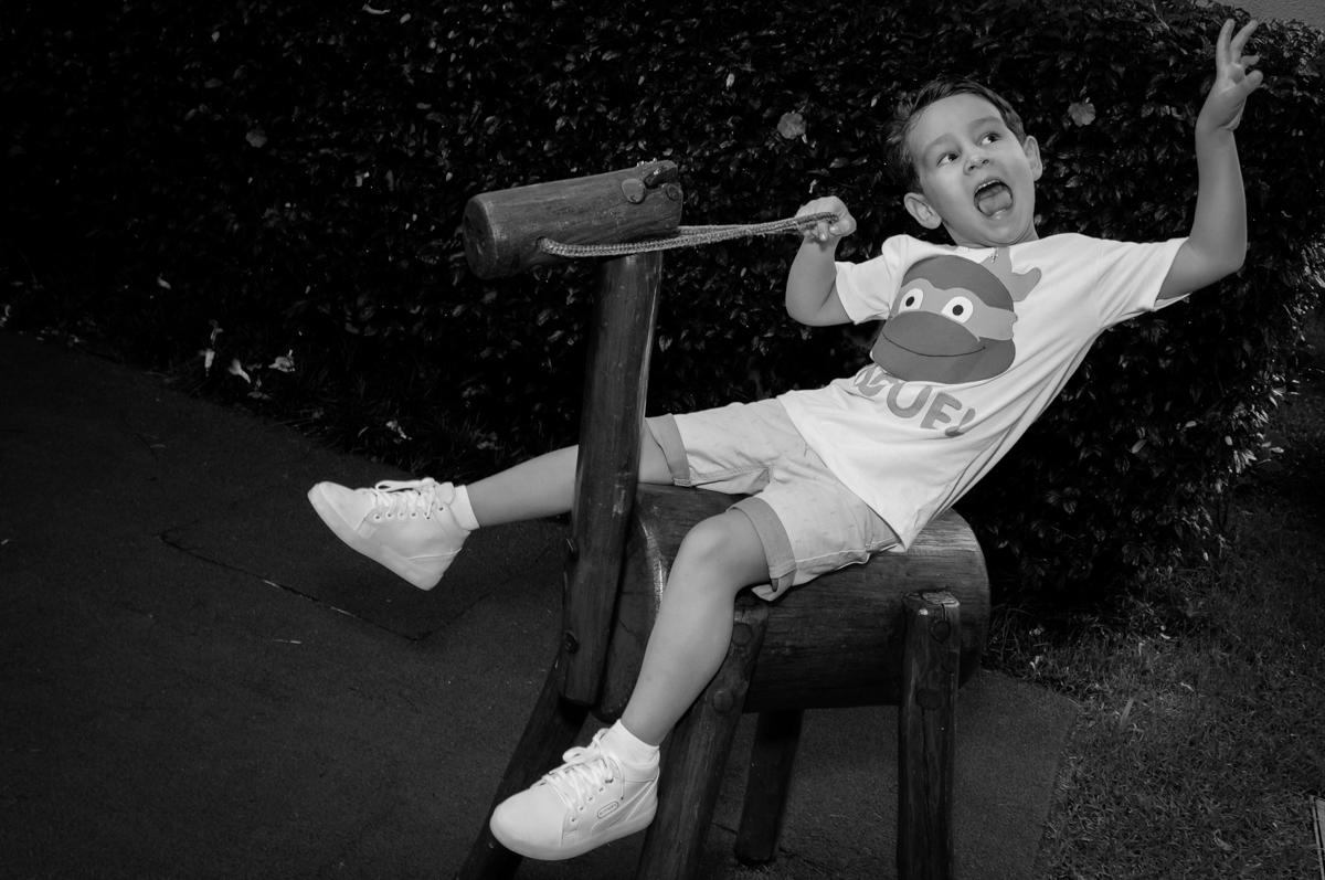 galopando no cavalo de pau no Condomínio Vila Leopoldina, festa infantil, tema Tartaruga Ninja, Miguel 5 anos