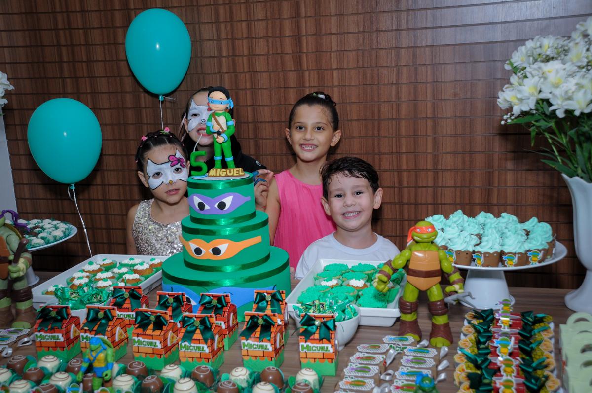 os amigos são fotografados na mesa do bolo no Condomínio Vila Leopoldina, festa infantil, tema Tartaruga Ninja, Miguel 5 anos