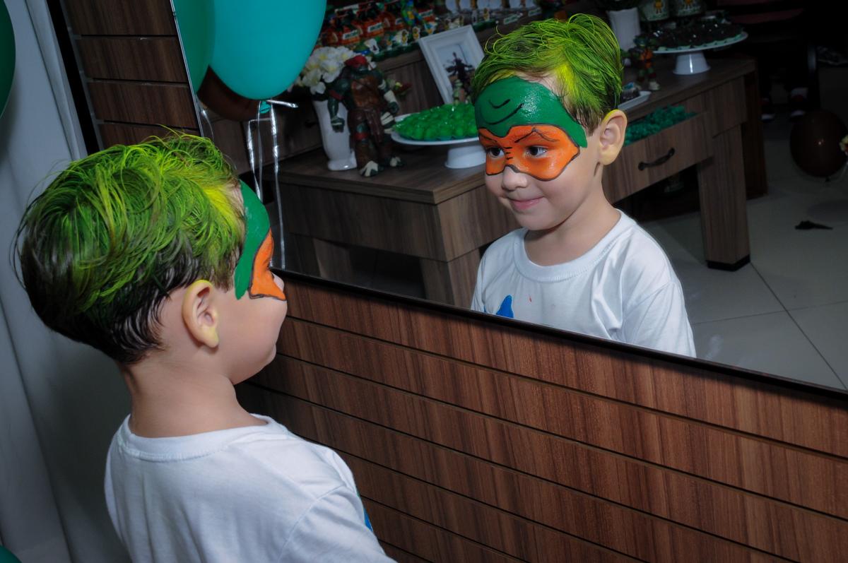 foto em frente ao espelho no Condomínio Vila Leopoldina, festa infantil, tema Tartaruga Ninja, Miguel 5 anos