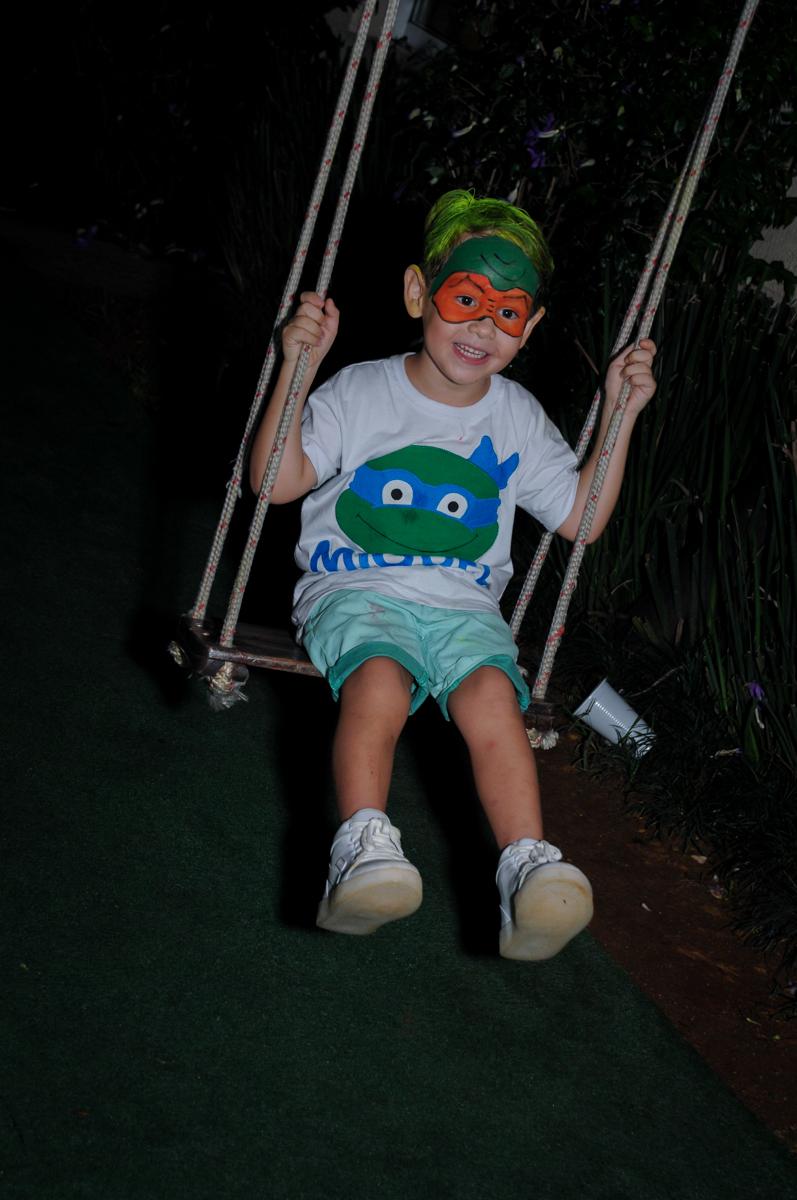 voltando a brincar no balanço no Condomínio Vila Leopoldina, festa infantil, tema Tartaruga Ninja, Miguel 5 anos
