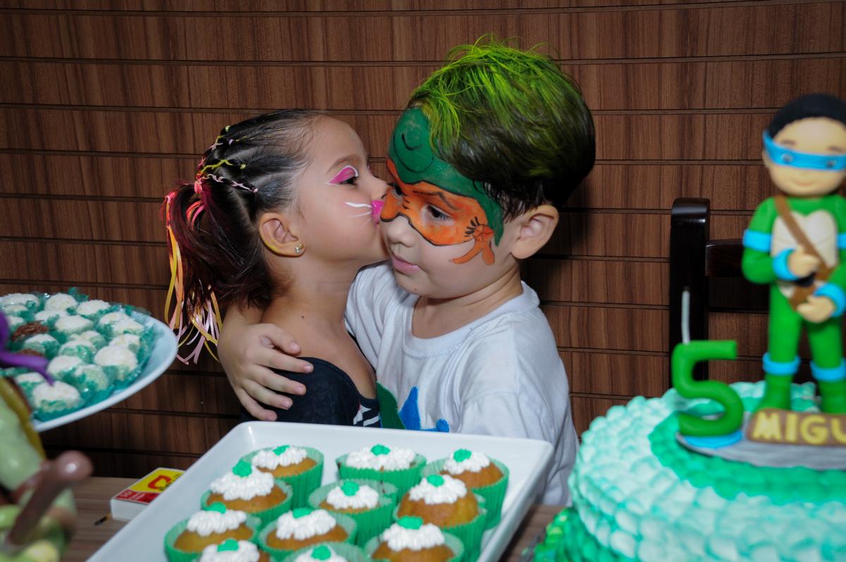 ganhando beijinho da namorada no Condomínio Vila Leopoldina, festa infantil, tema Tartaruga Ninja, Miguel 5 anos