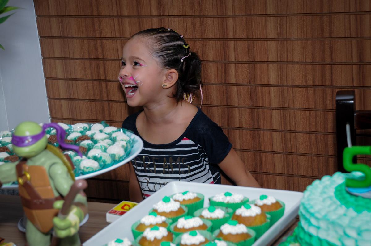 a amiguinha namoradinha ganhou o primeiro pedaço de bolo no Condomínio Vila Leopoldina, festa infantil, tema Tartaruga Ninja, Miguel 5 anos