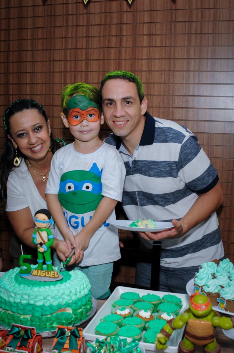 cortando o bolo de aniversário no Condomínio Vila Leopoldina, festa infantil, tema Tartaruga Ninja, Miguel 5 anos