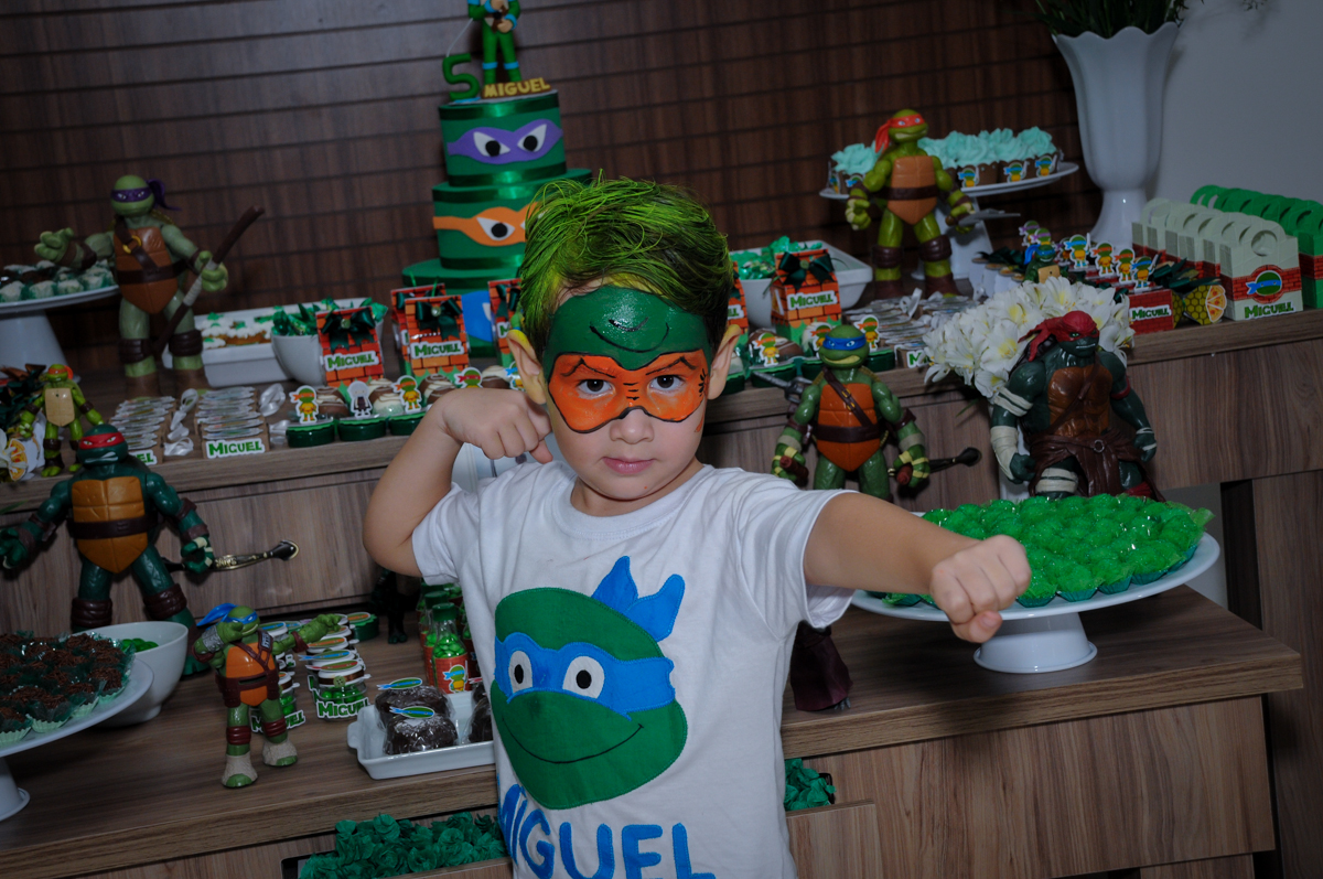 aniversariante ficou muito feliz no Condomínio Vila Leopoldina, festa infantil, tema Tartaruga Ninja, Miguel 5 anos
