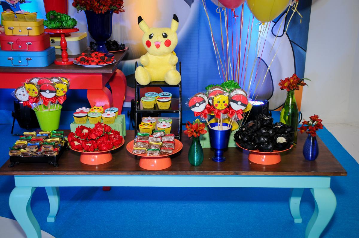 detalhes da mesa decorada no Buffet Fantastic World, Morumbi São Paulo, Festa Infantil, aniversário de Jean Gabriel 8 anos, tema da festa Poke Mon