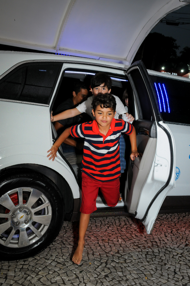 saída do aniversariante da limosine no Buffet Fantastic World, Morumbi São Paulo, Festa Infantil, aniversário de Jean Gabriel 8 anos, tema da festa Poke Mon