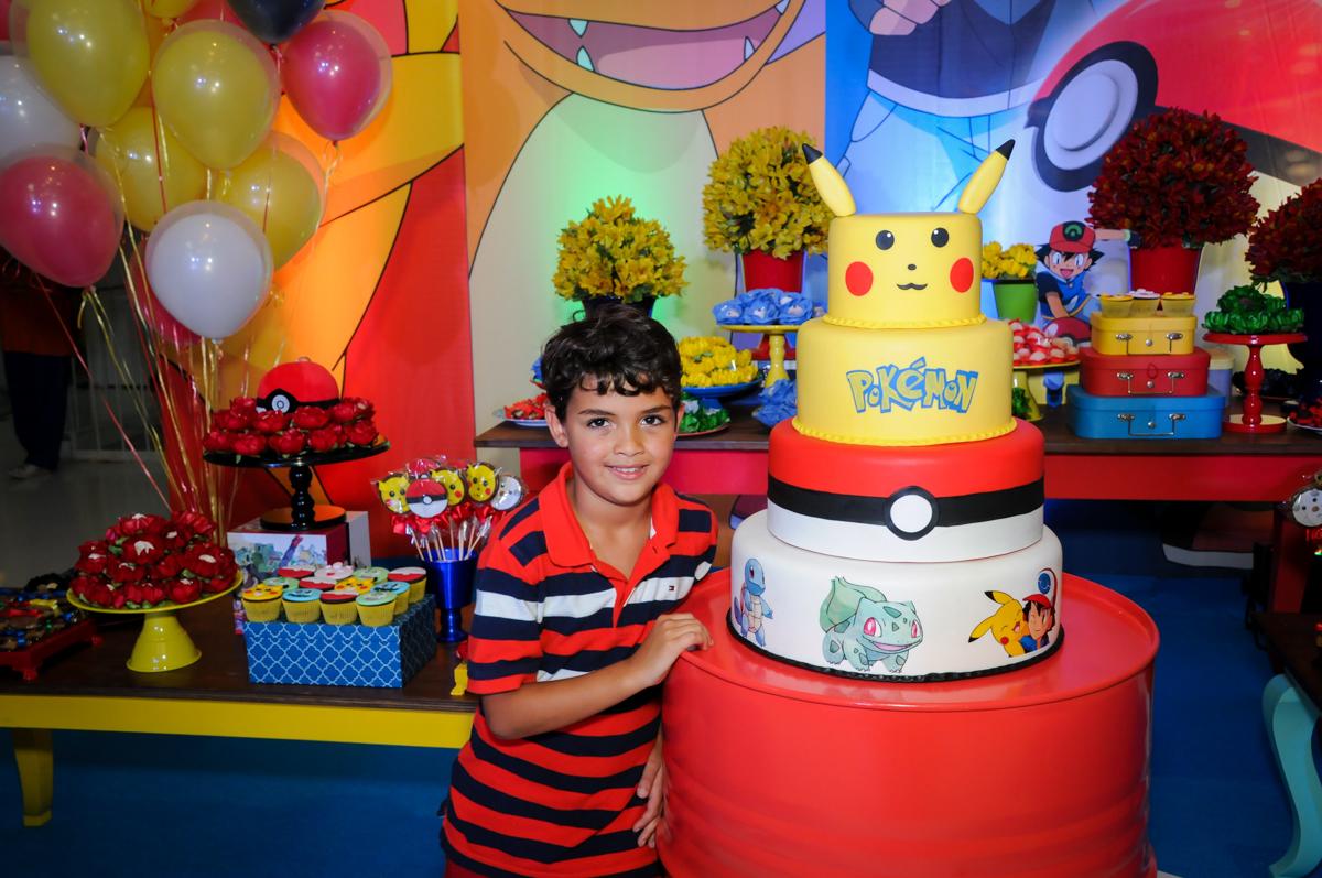 foto do aniversariante ao lado do bolo decorado pokemon no Buffet Fantastic World, Morumbi São Paulo, Festa Infantil, aniversário de Jean Gabriel 8 anos, tema da festa Poke Mon