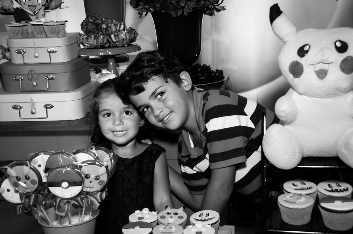 foto do aniversariante e sua irmãzinha no Buffet Fantastic World, Morumbi São Paulo, Festa Infantil, aniversário de Jean Gabriel 8 anos, tema da festa Poke Mon